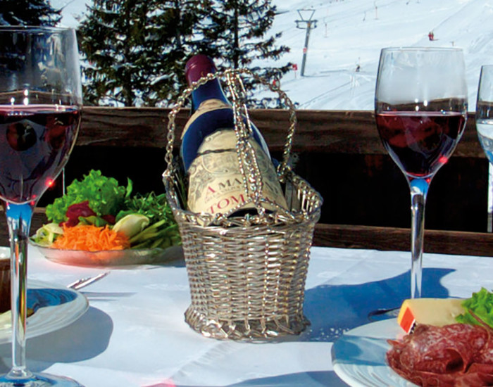 Gepfelgt speisen bei herrlischer Aussicht: auf der Sonnenterrasse des Tagesrestaurants Serenata im Hotel Prätschli in Arosa.