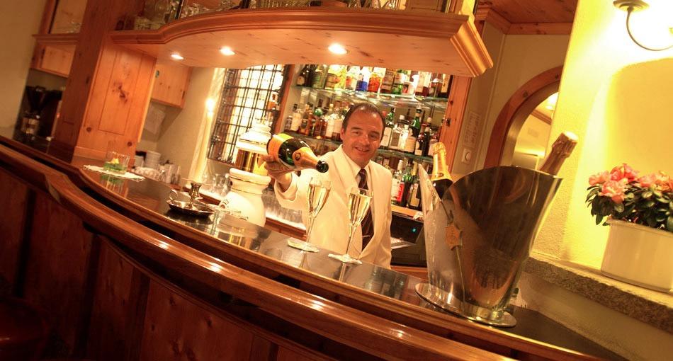 Beliebter Treffpunkt zum Apéro oder zum Schlummertrunk: die Bar im Hotel Prätschli in Arosa.