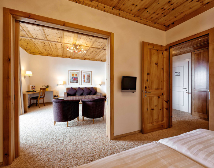 Komfort für höchste Ansprüche in Arosa: Suite im Hotel Prätschli mit Südbalkon.